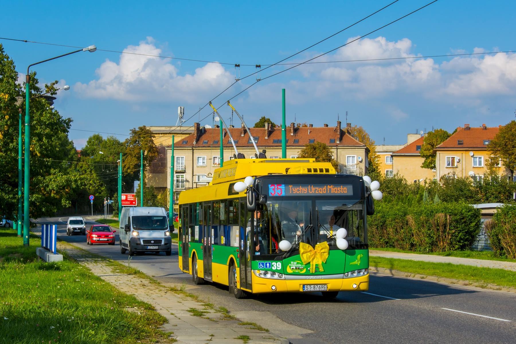Balónky a mašle. Dne 30. září2017 si Tychy připomněly 35leté výročí zahájení trolejbusové dopravy ve městě a při této příležitosti byly vypraveny i dva vyzdobené trolejbusy na zvláštní linku č. 35. (foto: TLT)