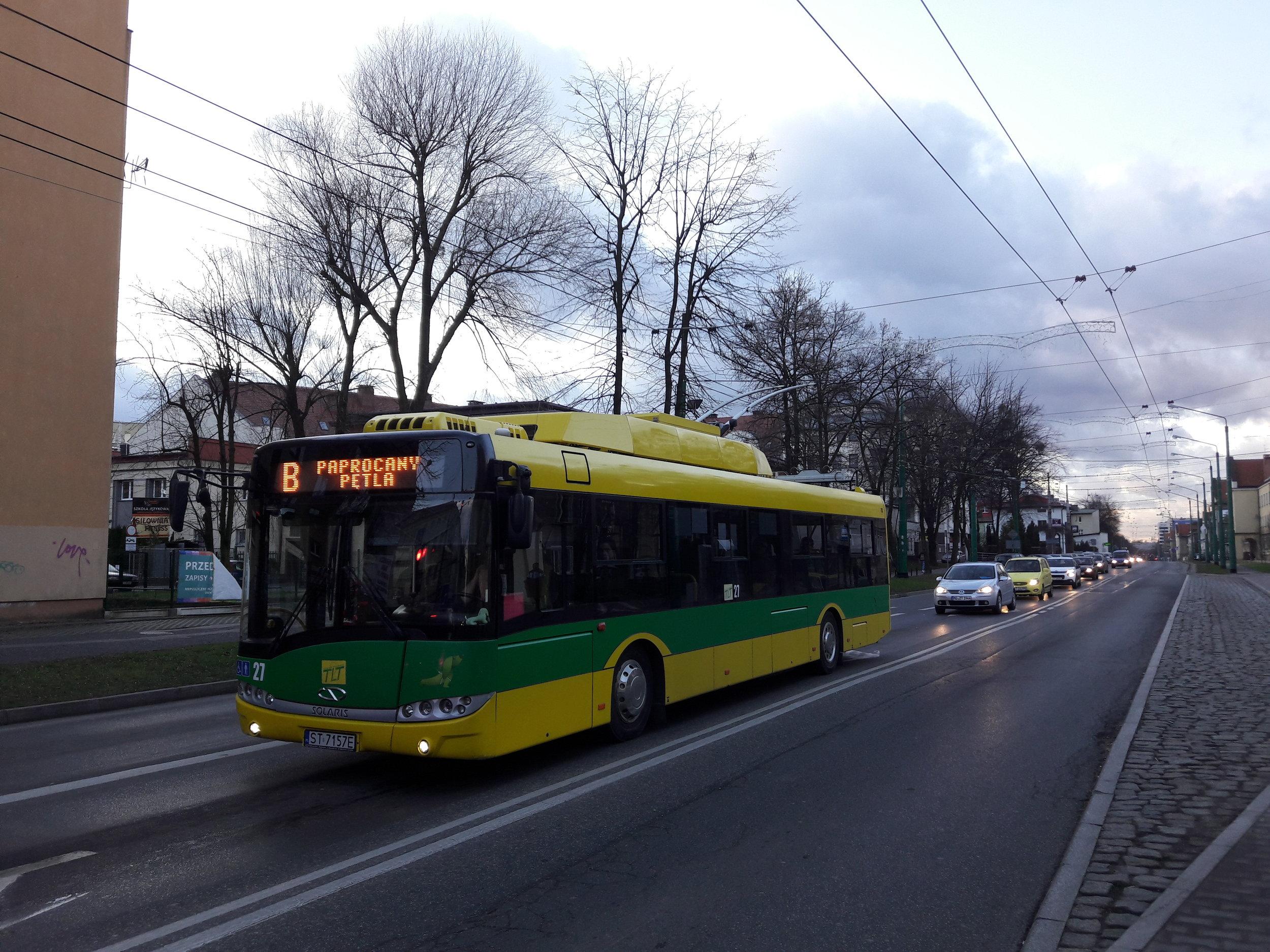 Trolejbus v centru Tych.