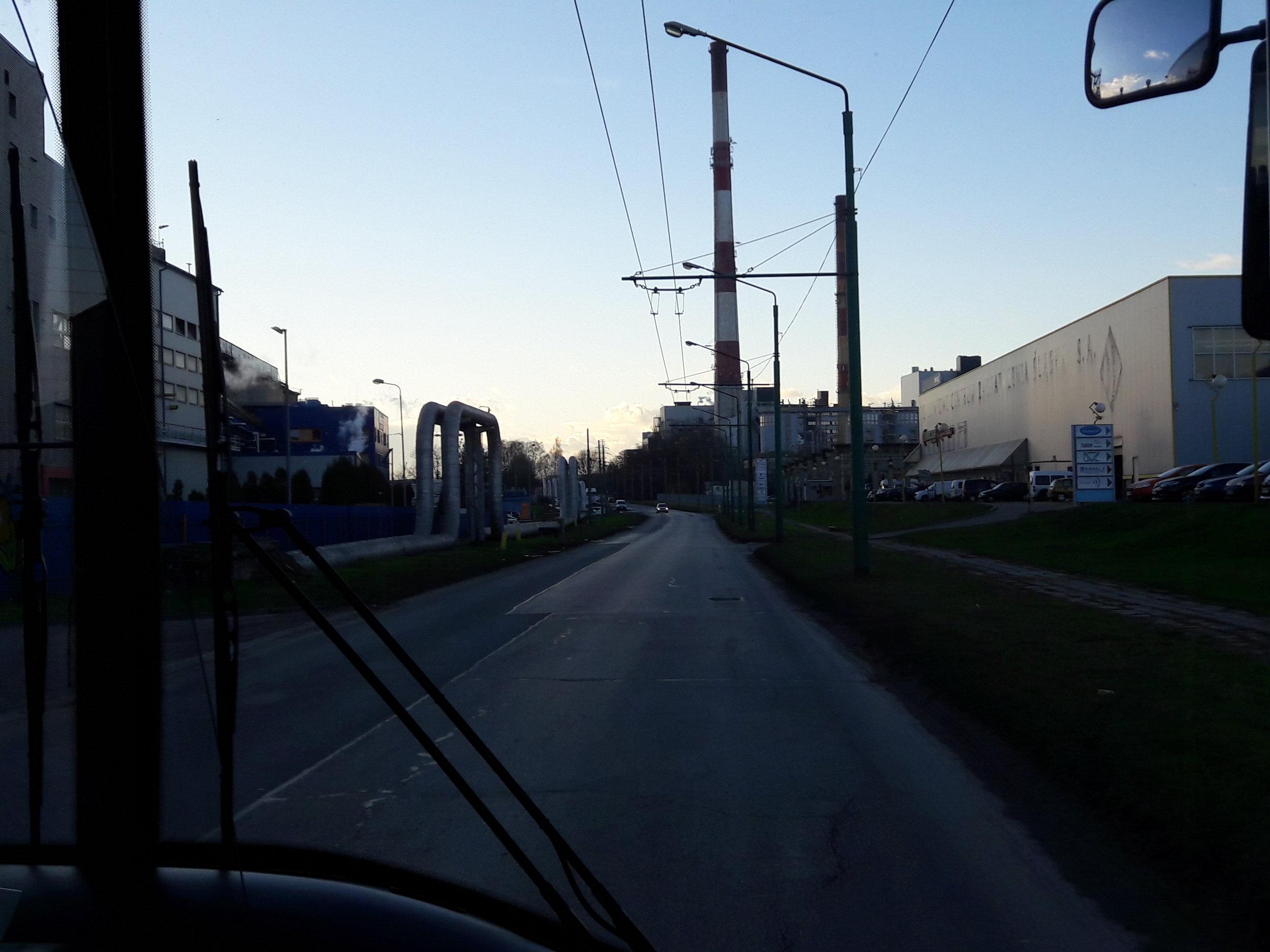 Cesta trolejbusem na linkách A, C a D nabízí i tento pohled. Zde u zastávky Przemysłowa II.