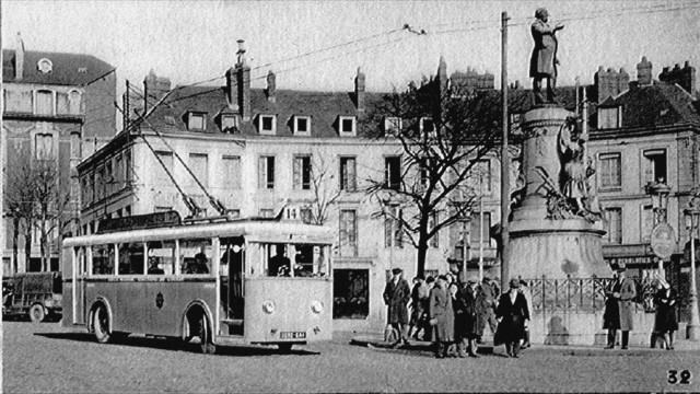 Prototypový vůz CS 60 na rouenském náměstíCauchoise, směřující k bulváru des Belges. Socha na snímku ztělesňuje normandského politika Augustina Pouyer-Quertiera (1820–1891) a byla vytvořena roku 1894, dnes užale neexistuje, byla totiž roku 1941 zničena.