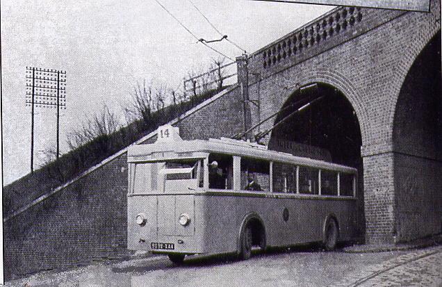 Vůz CS 60 byl v Rouenu zachycen na ulici Renard pod železniční tratí, nedaleko místního Západního hřbitovu. V pravém dolním rohu vidíme tramvajovou trať. Tramvaje, na rozdíl od trolejbusů, neměly pod podjezdem dvě stopy.