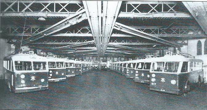Vozovna Yusuf společnosti Tramways Algériens ve druhé polovině 30.let. Vozy různých typů jsou od sebe těžko rozeznatelné, nicméně nalevo na čtvrté pozici jde spatřit prototyp trolejbusu CS 60, který byl získán touto společností v roce 1937. (foto: Le Véhicule Électrique)