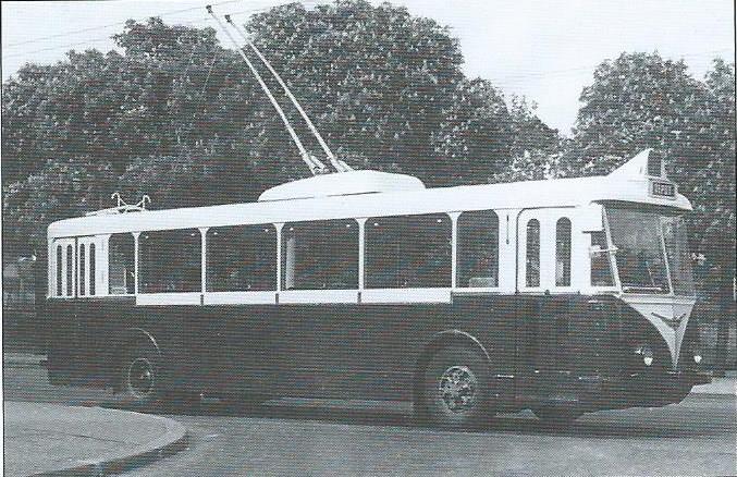 Pařížské vozy typu VBRh byly vyráběny bez prostředních dveří. Čelní sklo bylo prodlouženo do výše, protože řidič seděl na pomocném agregátu, díky kterému se mohl trolejbus v případě nouze pohybovat mimo troleje. (foto: archiv G. Mullera)