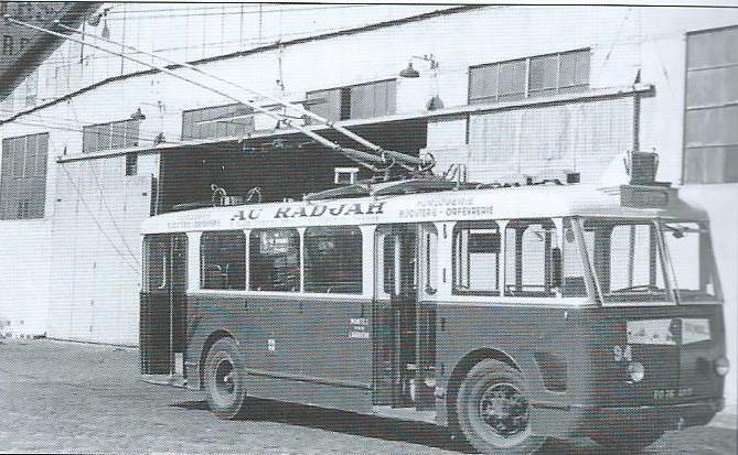 V letech 1947 a 1948 přišla do Marseille rovná třicítka nových vozidel typu VCR. Zde vidíme jeden z nich, ev. č. 94,před vozovnou Catalans. (foto: RATVM / archiv G. Mullera)