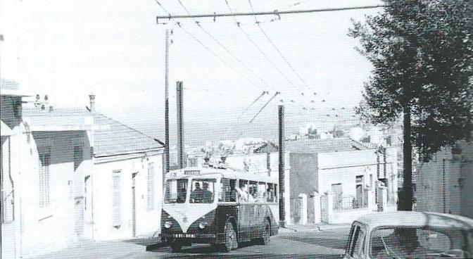 Vůz VDB společnosti TA na lince H směřující k římskokatolické bazilice Notre Dame d'Afrique byl zachycen na snímku z roku 1957. (foto: J. La Rosa)
