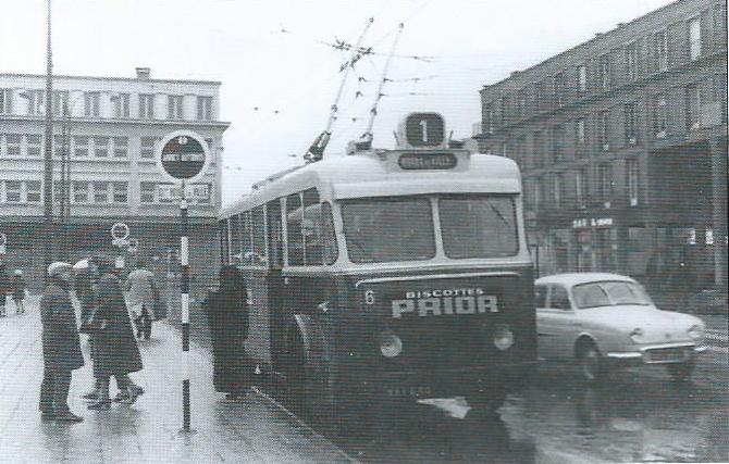 Vůz typu VCR v Amiens na konečné Gare du Nord. Ochranný kryt proti slunci namontovaný napevno na čele vozidla byl jednou ze zvláštností místních VCR. (foto: Ch. Buisson)