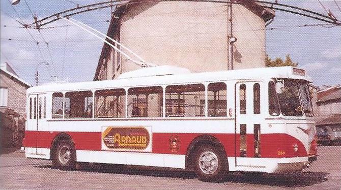 Limožské vozy VBRh prošly v 70. let generální opravou, při které dostaly mj. nový nátěr. Ovládání dveří bylo přizpůsobeno zavádění samoobslužného provozu. (foto: TCL / archiv G. Mullera)