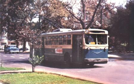 Vůz ev. č. 902 na snímku z roku 1965 v ulicích Santiaga de Chile. (foto: Roger Knox / sbírka Raymonda DeGrooteho)