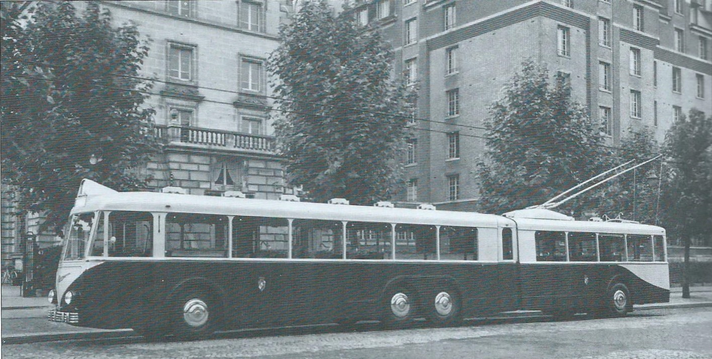 Trolejbus VA4 SR byl vhodným prostředkem pro naplnění tajného snu alžírských radních: zbavit se tramvají na trase Parc de Galland – Hôpital du Dey. Tramvaje nakonec z této relace zmizely, stejně jako ze zbytku Alžíru, ne však díky kloubovému vozidlu.(foto: VETRA / archiv G. Mullera)