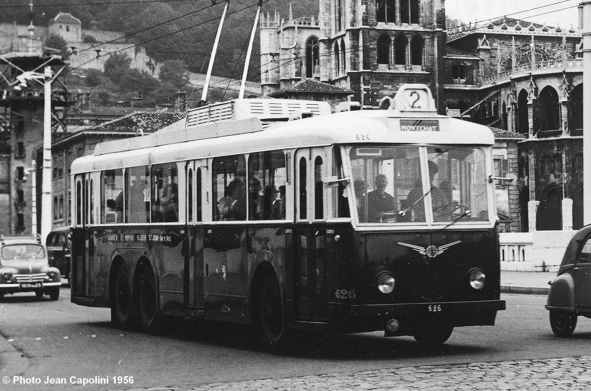 Lyonský vůz typu VA3 ev. č. 626 na lince č. 2 ve směru Montchat byl zachycen v srpnu 1956 na mostě Bonaparte s katedrálou St-Jean Baptiste v pozadí. Povšimněte si odporníků namontovaných na střechu, díky čemuž mohl být v zimě do salónu cestujících vháněn teplý vzduch. (foto: Jean Capolini)