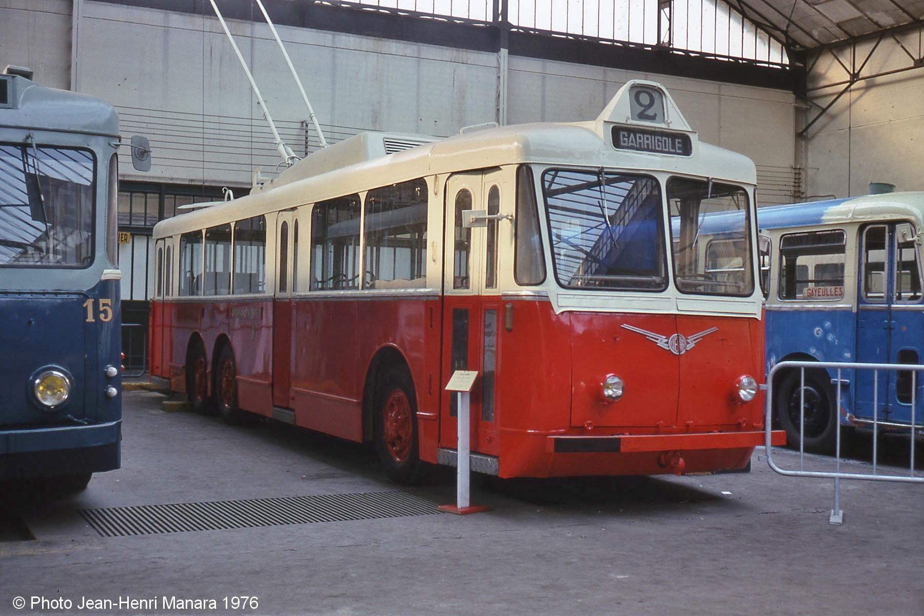 Vůz typu VA3 ev. č. 124 byl po ukončení kariéry v Perpignanu získán sdružením Amtuir. Na snímku z roku 1976 byla zachycen v bývalé tramvajové vozovně v obci Saint-Mandé, dnes je uchováván v obci Chelles, kde by měl vyrůst i plnohodnotný objekt muzea MHD namísto stávajícího provizorního. (foto: Jean-Henri Manara)