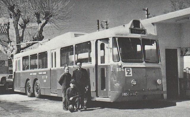 """Tři zaměstnanci perpignanské společnosti CTP hrdě pózují před jejich pracovním prostředkem, vozem typu VA3 přezdívaným """"Boeing"""". Vůz ev. č. 124 (ex-marseillské ev. č. 154)byl zachráněn sdružením Amtuir roku 1968. (foto: CTP / sbírka René Courant, repro z knihy """"Les trolleybus français"""")"""