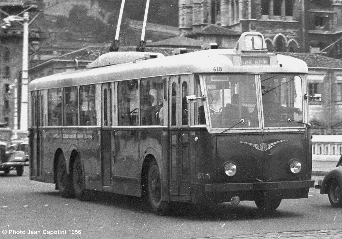 Vůz typu VA3 ev. č. 618 byl v srpnu 1956 zachycen na lince č. 1 na lyonském mostě Bonaparte. (foto: Jean Capolini)