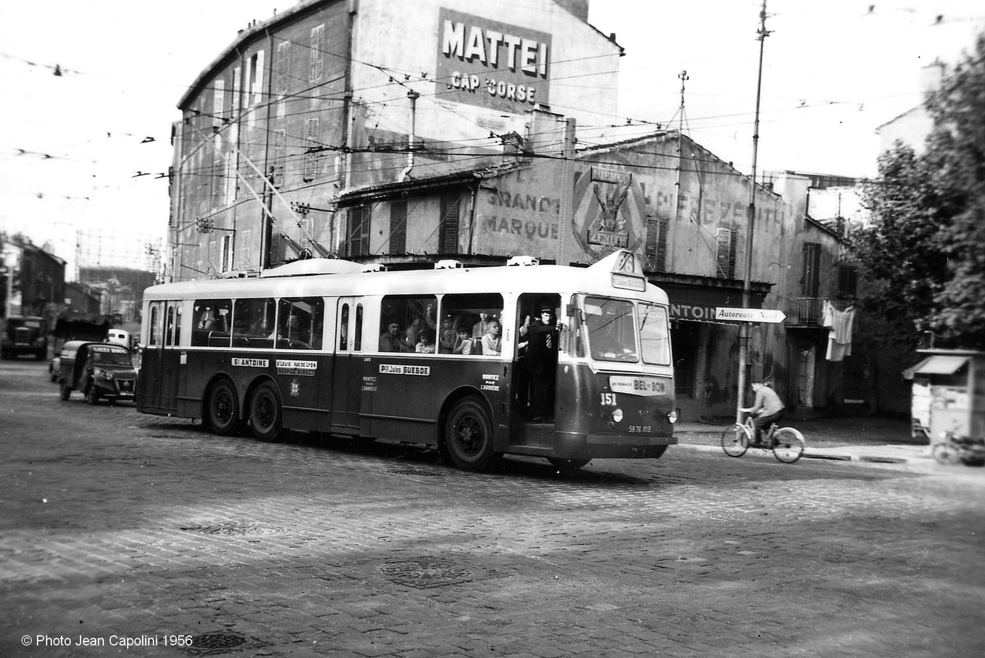 Na snímku ze září 1956 vidíme marseillský vůz ev. č. 151 na lince č. 26 Place St-Antoine – Place Jules Guesde, zde na náměstíCazemajou. (foto: Jean Capolini)