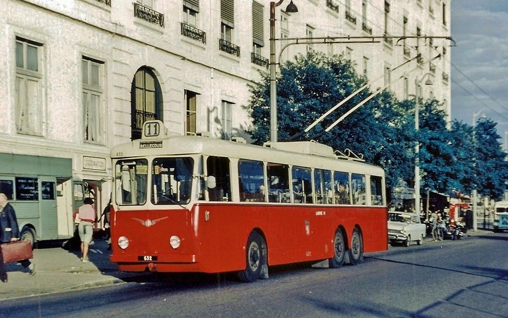 Vůz typu VA3 ev. č.632 na lyonském náměstí Antonin Poncet někdy okolo 1960. (foto:F. Meyères)  Níže technický popis typu VA3. (zdroj: archiv Československý Dopravák)