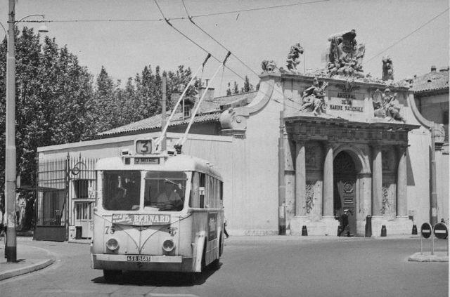 V květnu 1963 byla na toulonské ulici Anatole France, před bránou Arsenal, zachycena (ex-bordeauxská) VETRA VCR ev. č. 75. Roku 1976 byla monumentální brána přemístěna asi o 200 m doleva a otočena o 90 °. Přesun stavby se děl na kolejnicích. Od roku 1981 slouží brána jako vstup do muzea de la Marine. (foto:RMTT / sbírka ASBTP)