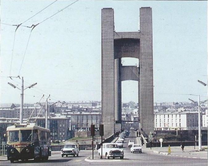 V bretaňském Brestu byl přes řeku Penfeld v letech 1950 až 1954 budován zdvihací most Recouvrance. Na snímku z 15. dubna 1967 jej právě na lince č. 2 překročila VETRA VBRh. (foto: Ch. Buisson)