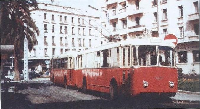 Casablanské vozy VBBh neměly prostřední dveře. Zde byly roku 1956 zachyceny na náměstí France. (foto: G. Rannou / sbírka G. Mullera)