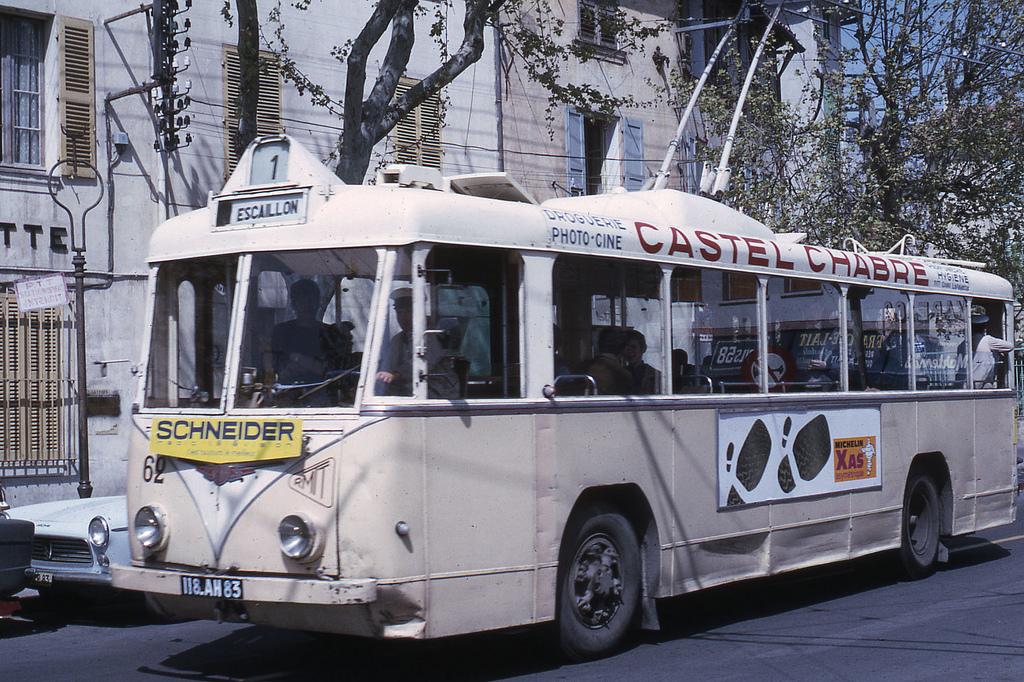 Toulonský vůz typu VBRh ev. č. 62 byl vyfotografován roku 1967. Zanedlouho se měl dočkat nové podoby, která je představena na pravém snímku.(foto: Jean-Henri Manara)