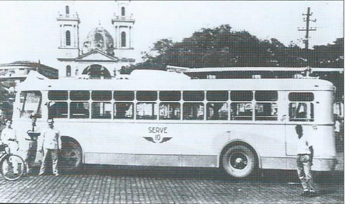 Na dalším snímku z roku 1957 již vidíme jeden z ex-niteróiských vozů VBRh před katedrálou ve městě Campos. (foto: sbírka Allena Morrisona)