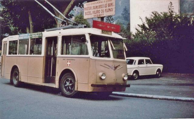 Na snímku ze srpna 1960 vidíme trolejbus typu VDB ev. č. 67 před nádražím v Moûtiers. (foto: G. Muller)