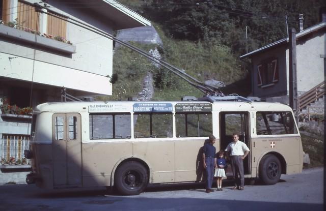 """Stejný trolejbus na konečnéve Villard-du-Planay v roce 1960. Na snímku vlevo vidíme ve schráně napsáno """"Bozel"""", což byla nácestná konečná ležící jen 8 minut jízdy od této, celá cesta do Moûtiers přitom trvala zhruba hodinu.(foto: 2x G. Muller)"""