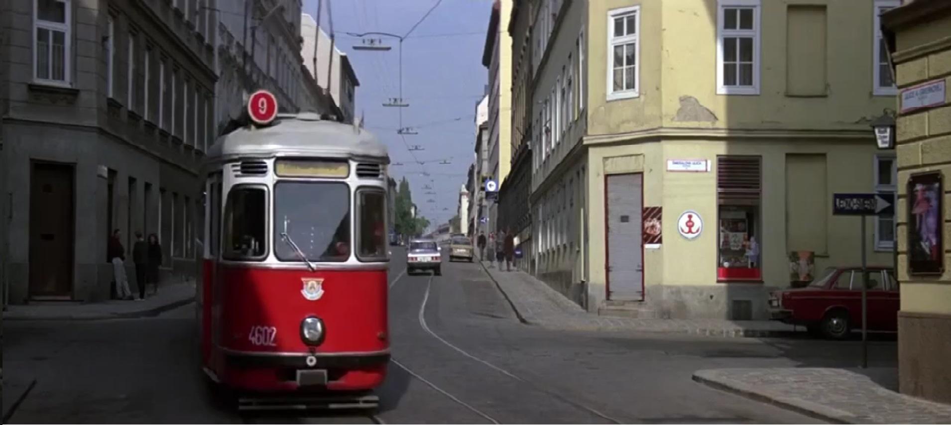Por potřeby natáčení posloužily dvě soupravy tramvají L4 s vlečnými vozy I. Obě nesly v rámci filmu stejná evidenční čísla - 4602 a 1390.(Převzato z filmu Dech života/The Living Daylights)