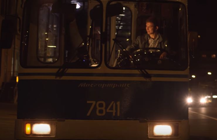 """Trolejbus ev. č. 7841 si zahrál v Bastově loňském klipu. (zdroj: repro z YouTube / autor: """"TO"""" Gazgolder)"""