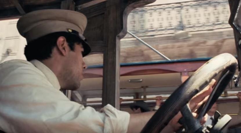 Toto má být trolejbus z filmu Frida, na který kouká řidič autobusu. (zdroj: repro z YouTube /  Movieclips )