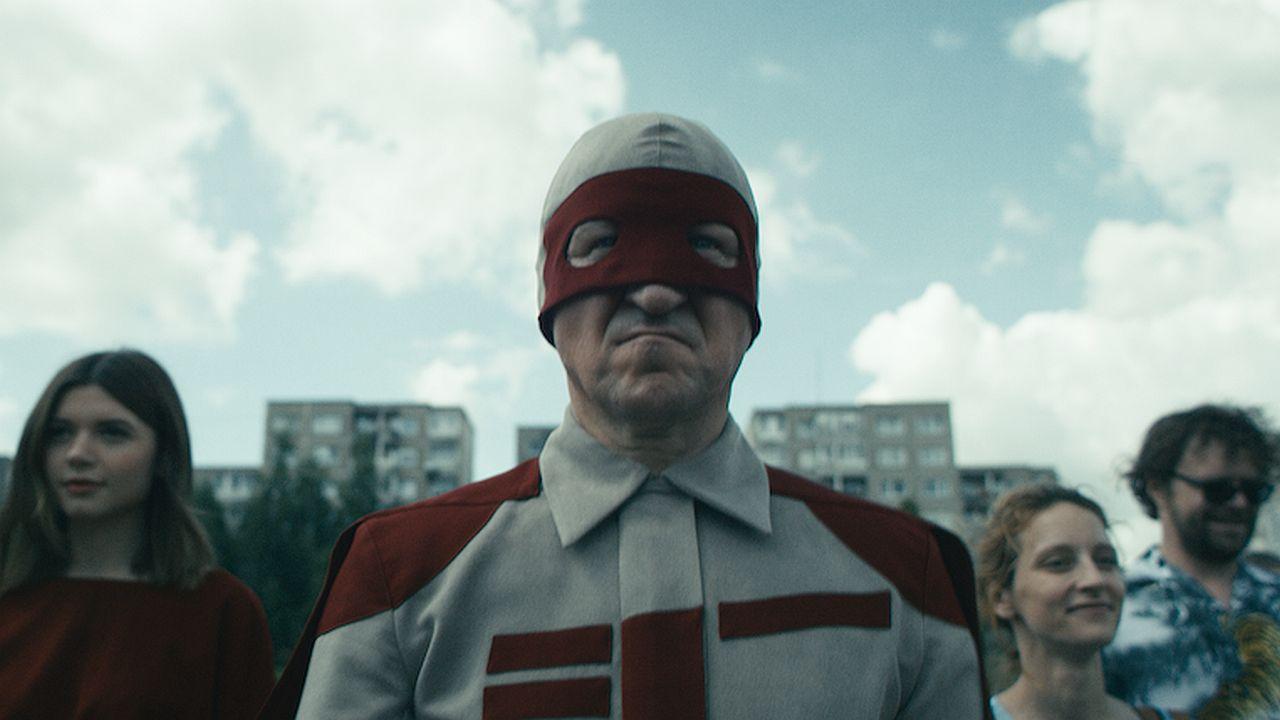 Zatímco komiksoví hrdinové jako Superman či Batman vedou svénadpřirozené zápasy s podivnými kreaturami,ve Vilniusu bojuje reálný muž s reálnou hrozbou, a to odstraněním trolejbusů z ulic jeho města!(foto:  The Trolleybus Man )