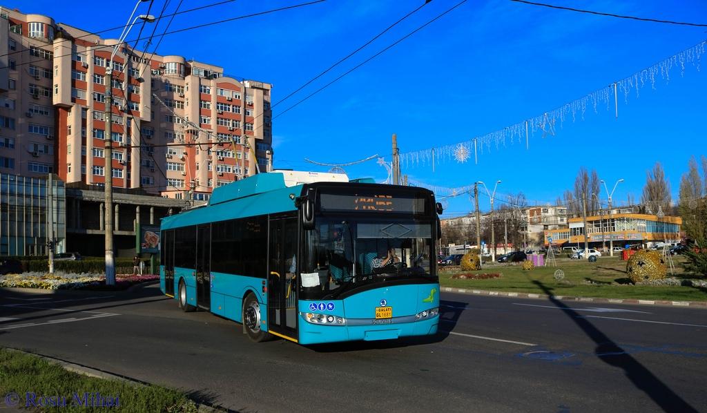Na snímku z 9. 12. 2017 vidíme trolejbus z první dodávky v ulicích Galati. (foto: Mihai Roșu)