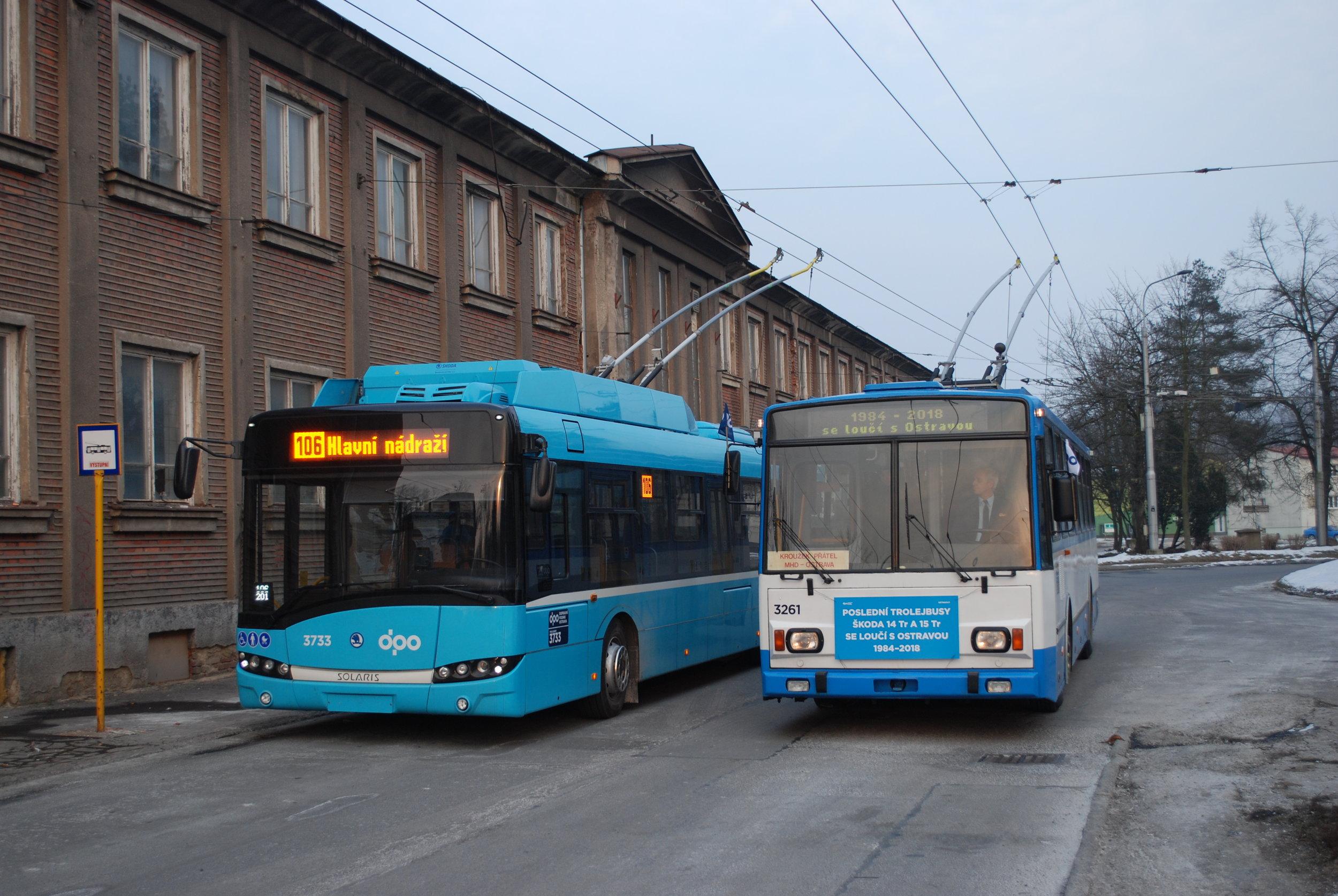 Trolejbus Škoda 14 Tr ev. č. 3261 ve společnosti jednoho z nejnovějších vozů Škoda 26 Tr ev. č. 3733 na konečné Důl Heřmanice. (foto: Libor Hinčica)