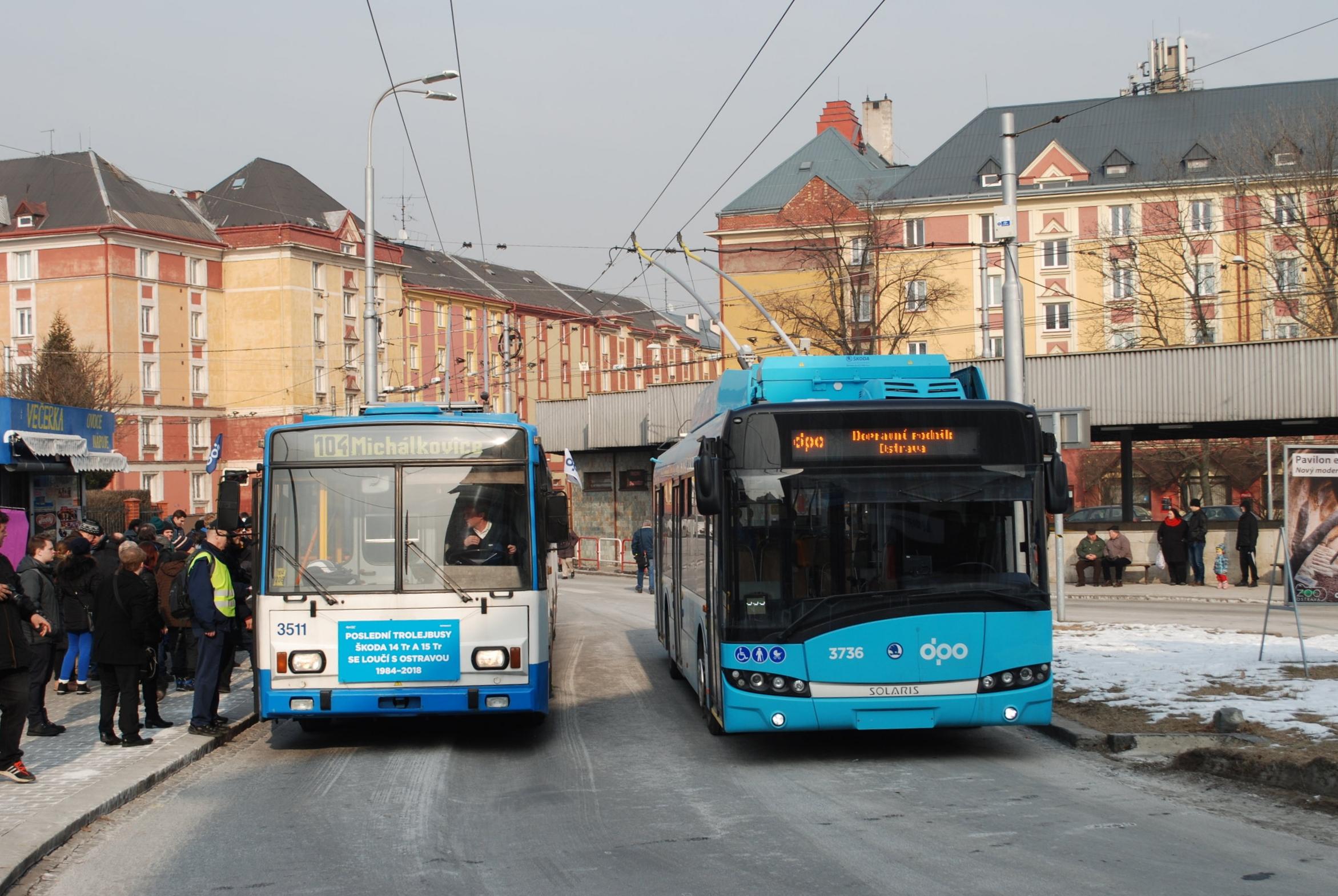 Poslední příjezd na konečnou Náměstí Republiky, kde došlo k výměně za vůz Škoda 26 Tr ev. č. 3736. (foto: Libor Hinčica)
