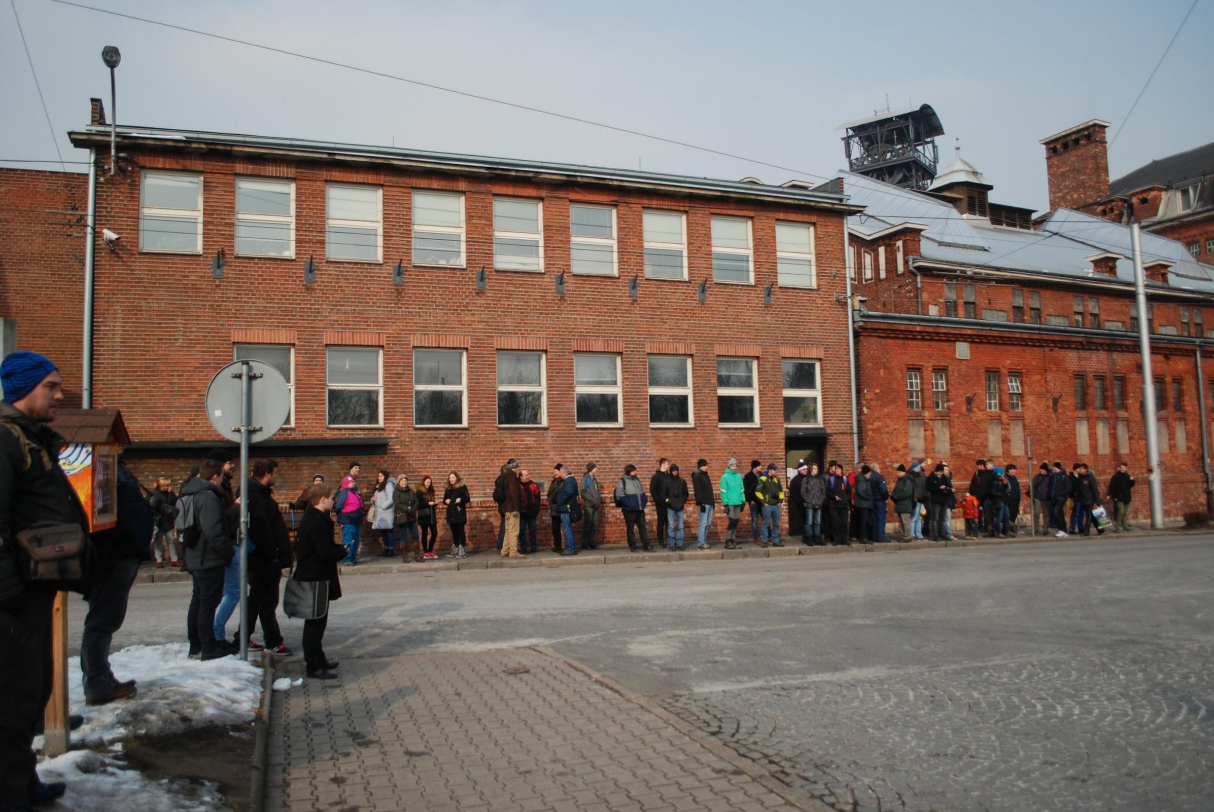 Fanoušci dopravy čekají na poslední spoj trolejbusu Škoda 15 Tr na nástupní zastávce Michálkovice. (foto: Libor Hinčica)