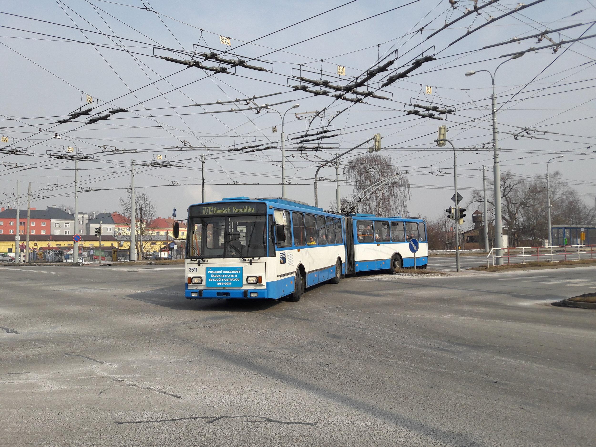 Trolejbus v dopoledních hodinách na křižovatce u zastávky Českobratrská. (foto: Vít Hinčica)