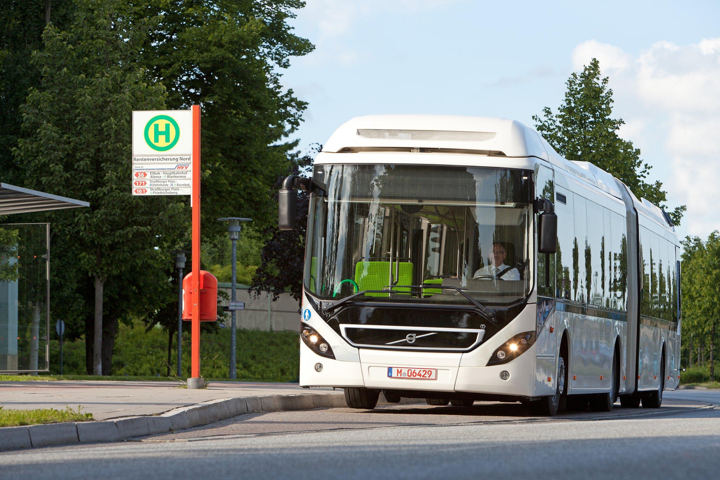 Kloubovéměstské vozy pro Evropu má Volvo prozatím v nabídce jen v hybridní verzi. (foto: Volvo Buses)