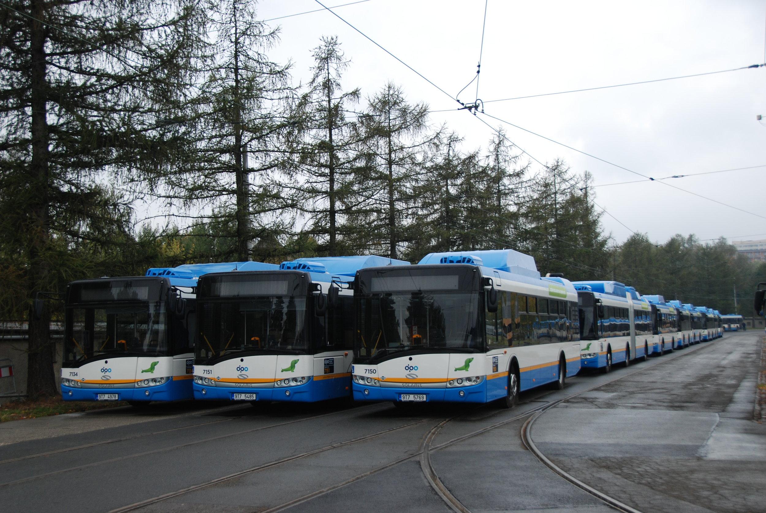 Solaris úspěšně exportuje také do České republiky, která byla vůbec prvním státem, kam se mu podařilo autobusy mimo Polsko prodat. Prvním zákazníkem u nás byl DP Ostrava. Ten poté opakovaně vsadil na polská vozidla i v dalších letech. Na snímku vidíme část flotily 105 nových plynových autobusů z roku 2015. (foto: Libor Hinčica)