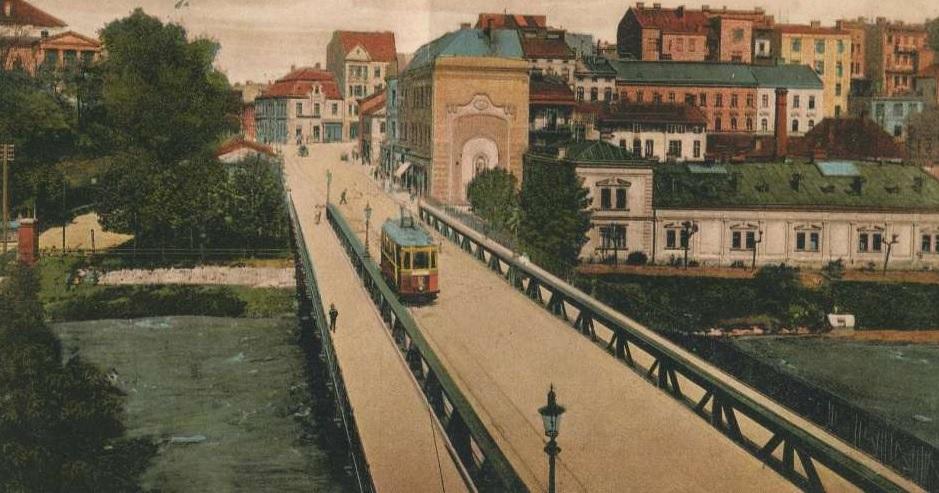 Tramvaj na mostě přes Olši. Právě řeka hranici mezi oběma městy vymezila. (sbírka: Libor Hinčica)