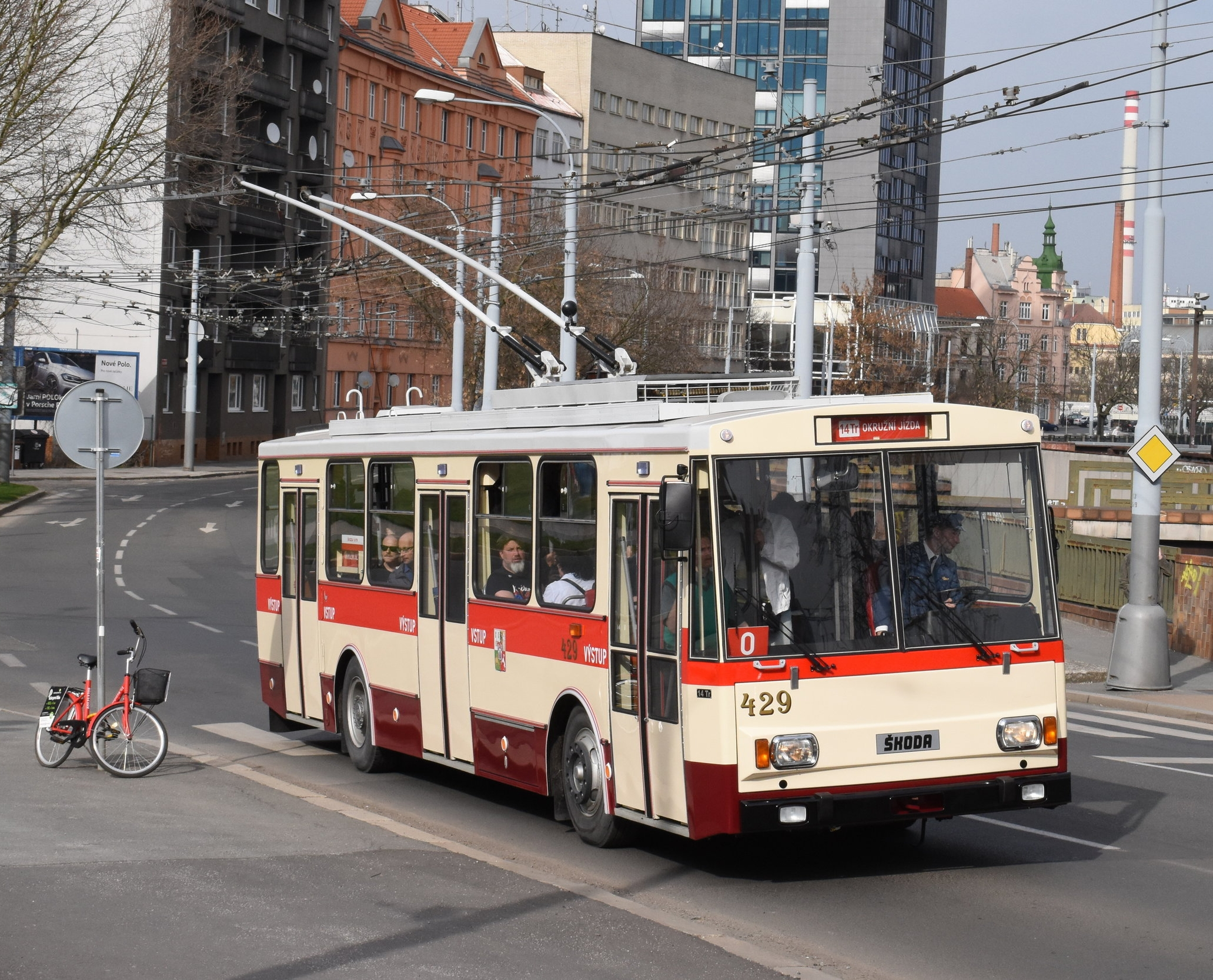 Historický trolejbus Škoda 14 Tr ev. č. 429 v ulicích Plzně při symbolické rozlučce. Trolejbus pro PMDP vzorně rekonstruovala společnost Zliner. (foto: Zdeněk Kresa)