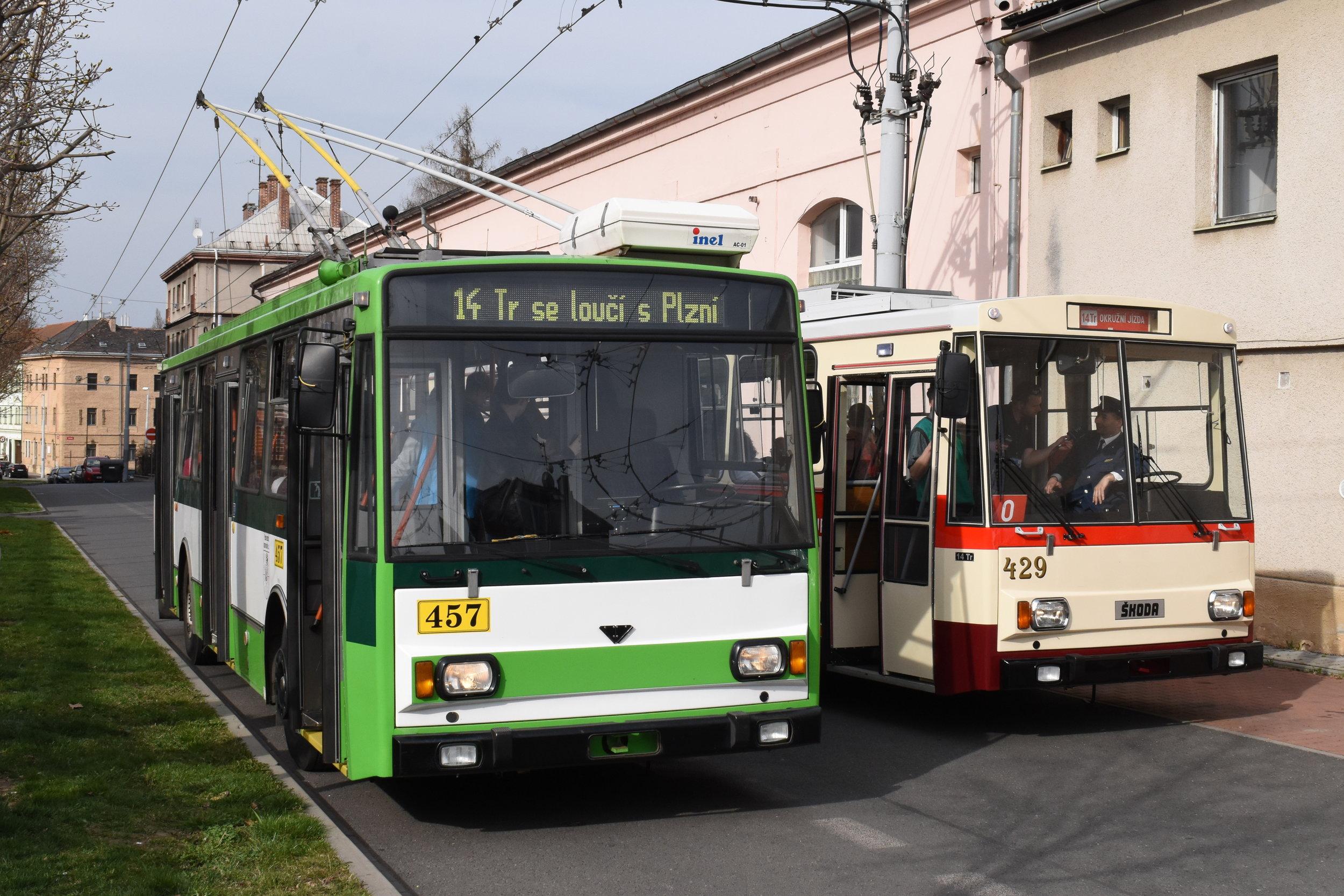 Trolejbusy Škoda 14 Tr patřily ke koloritu Plzně téměř 40 let. Během nich se podoba trolejbusů této typové řady výrazně změnila. (foto: Zdeněk Kresa)