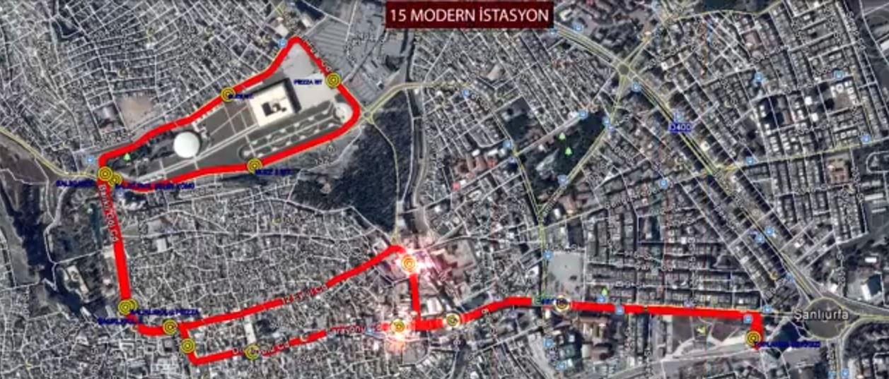 Trolejbusová síť s vyznačením zastávek (nahoře) a nezatrolejovaného úseku (vlevo modře). (zdroj:  Şanlıurfa Büyükşehir )