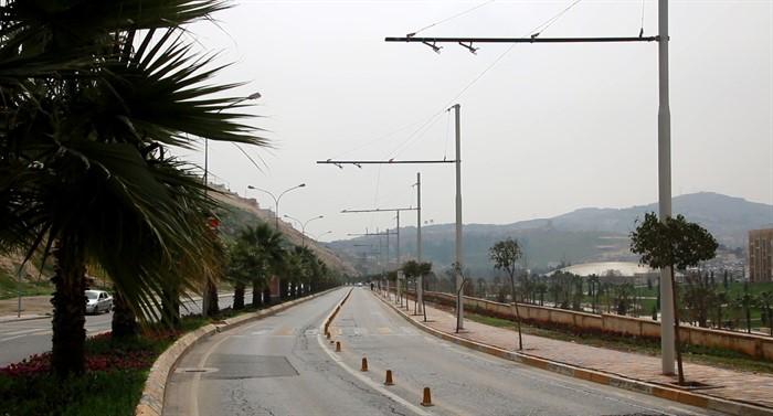 Na snímku z poloviny března 2018 vidíme nově stavěnou trolejbusovou trať, tedy jen jednu stopu, která muzejní čtvrť obkrouží. Povšimněte si, že trolejbusové sloupy jsou značně štíhlé a nepůsobí tedy o nic hůře než lampy veřejného osvětlení. (foto: Ajans Urfa)