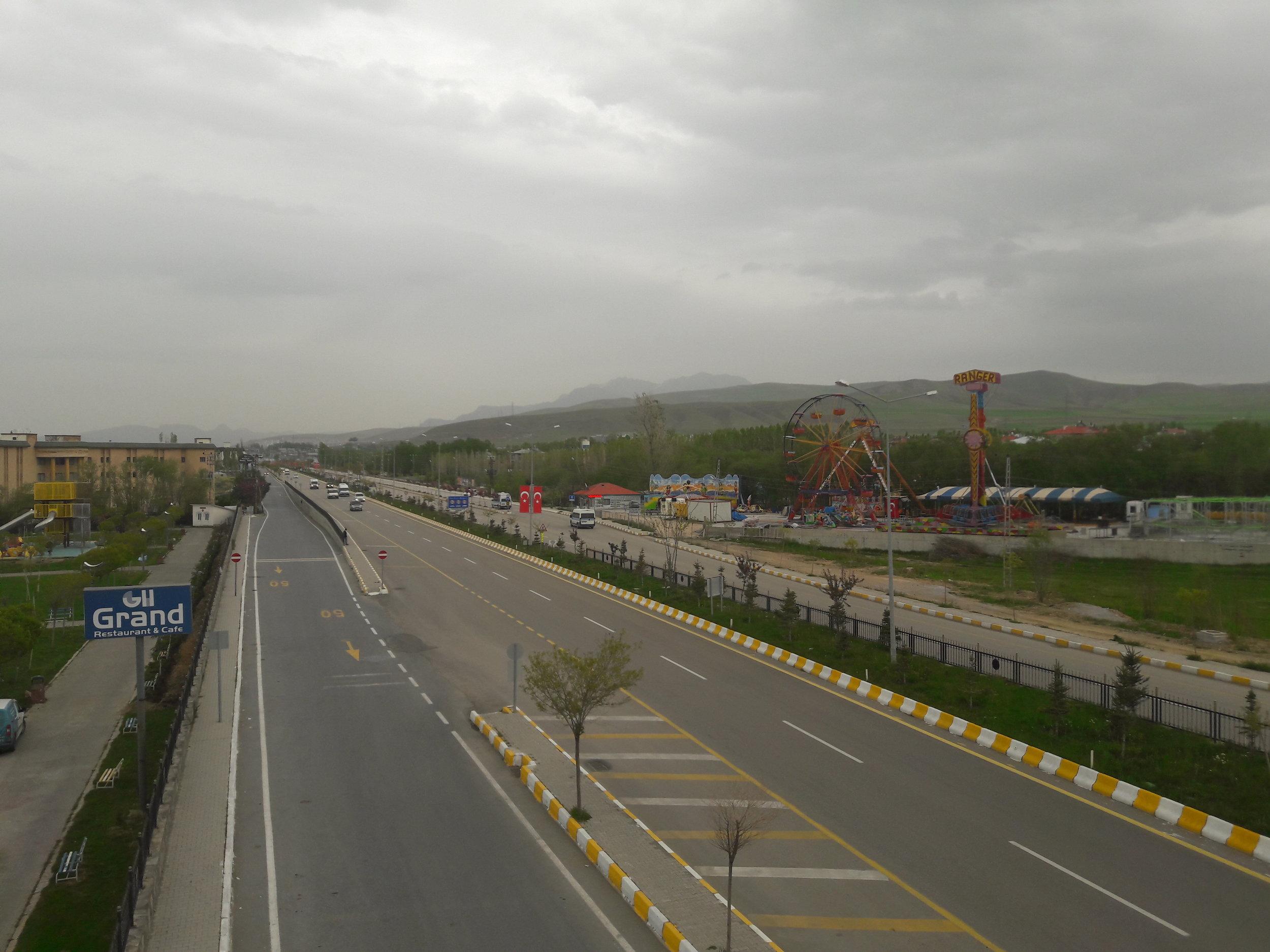 Město Van leží nedaleko íránských hranic a z dopravního hlediska nic zajímavého, snad až na železniční trajekt přes stejnojmenné jezero, nenabízí. Dočká se jednou i tato magistrála směřující do centra trolejbusů? (foto: Vít Hinčica)