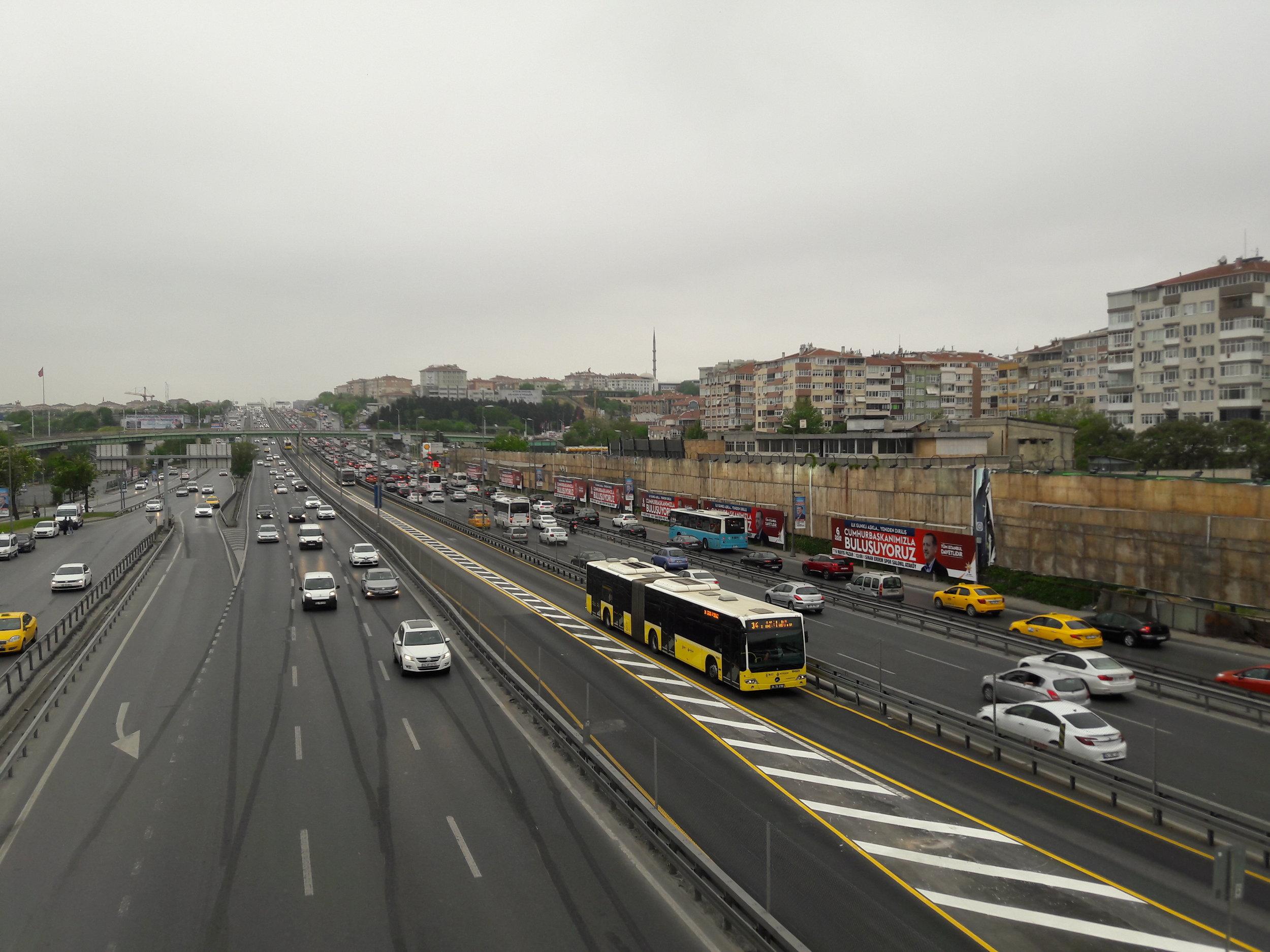 Istanbulská BRT linka by byla na elektrickou trakci zralá, nicméně dráty už asi nezvítězí. (foto: Vít Hinčica)