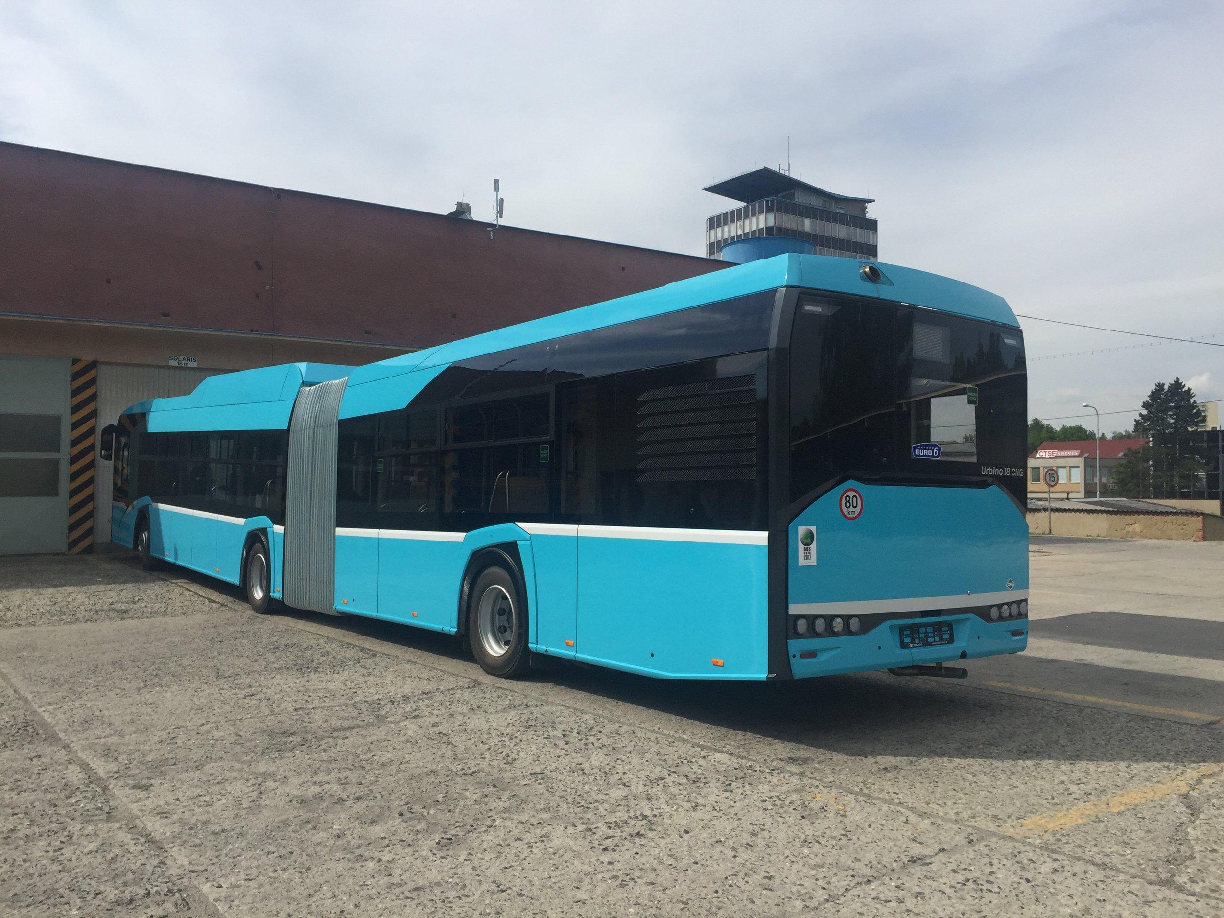 První ostravský vůz Solaris Urbino 18 CNG v provedení tzv. Nového Urbina v areálu porubských autobusových garáží.