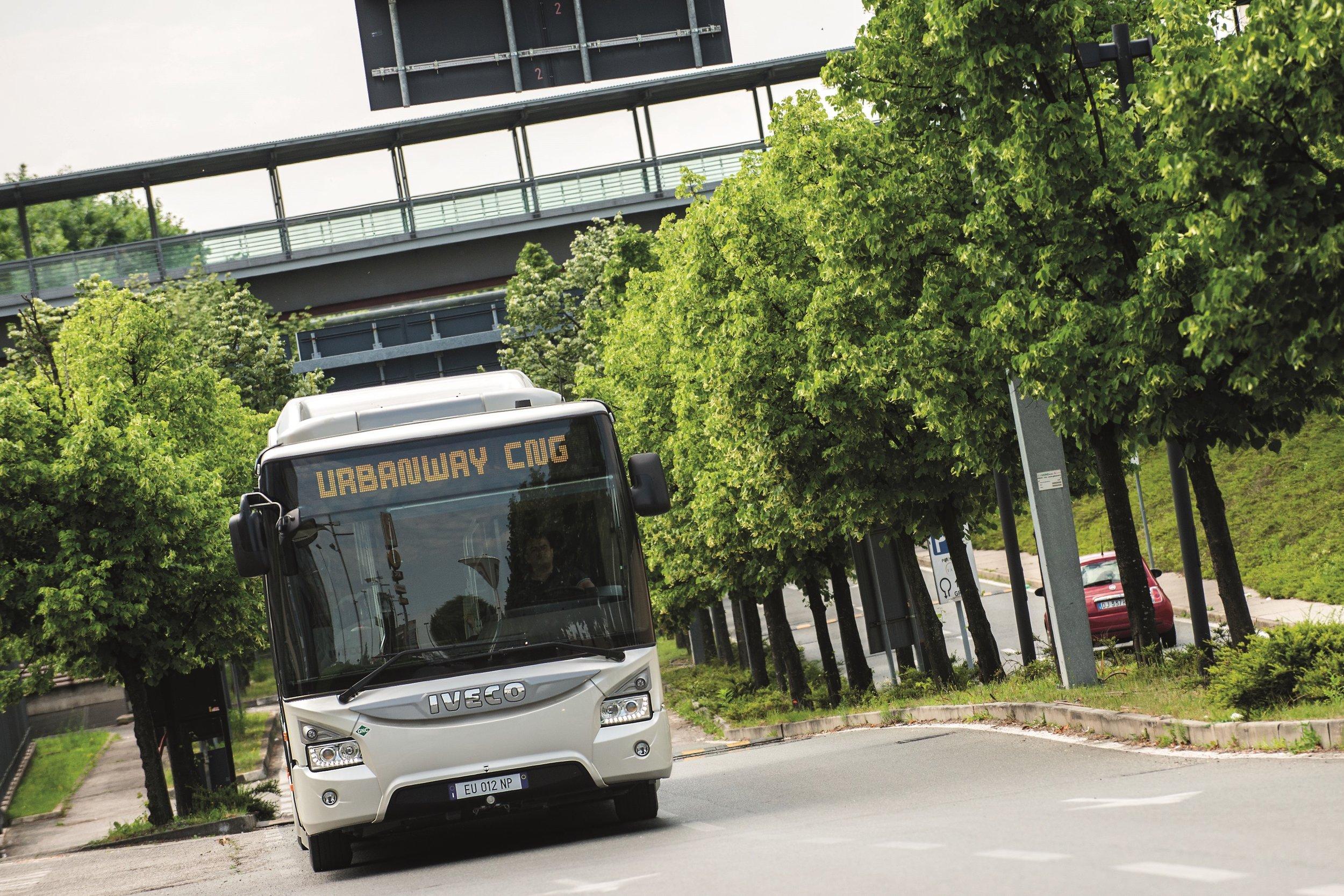 Paříž se dočká 150 nových kloubových plynových vozů Urbanway. (foto: Iveco Bus)