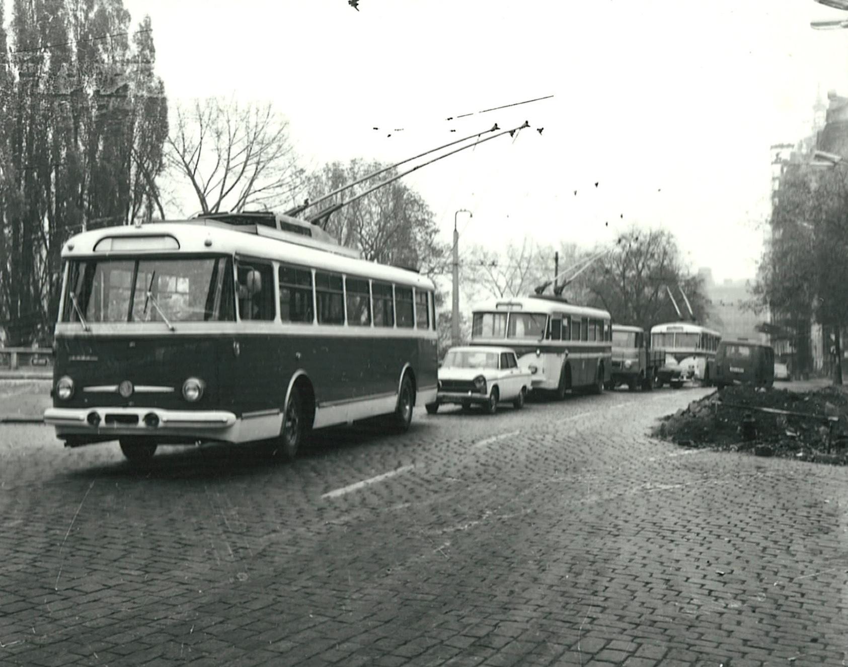 Testování vozu Škoda 9 Tr v Praze bylo bohatě fotograficky zdokumentováno. Na snímku je vůz zachycen ve společnosti dvojice vozů Škoda 8 Tr, které byly do Prahy dodány v roce 1960. (foto: Škoda Ostrov)