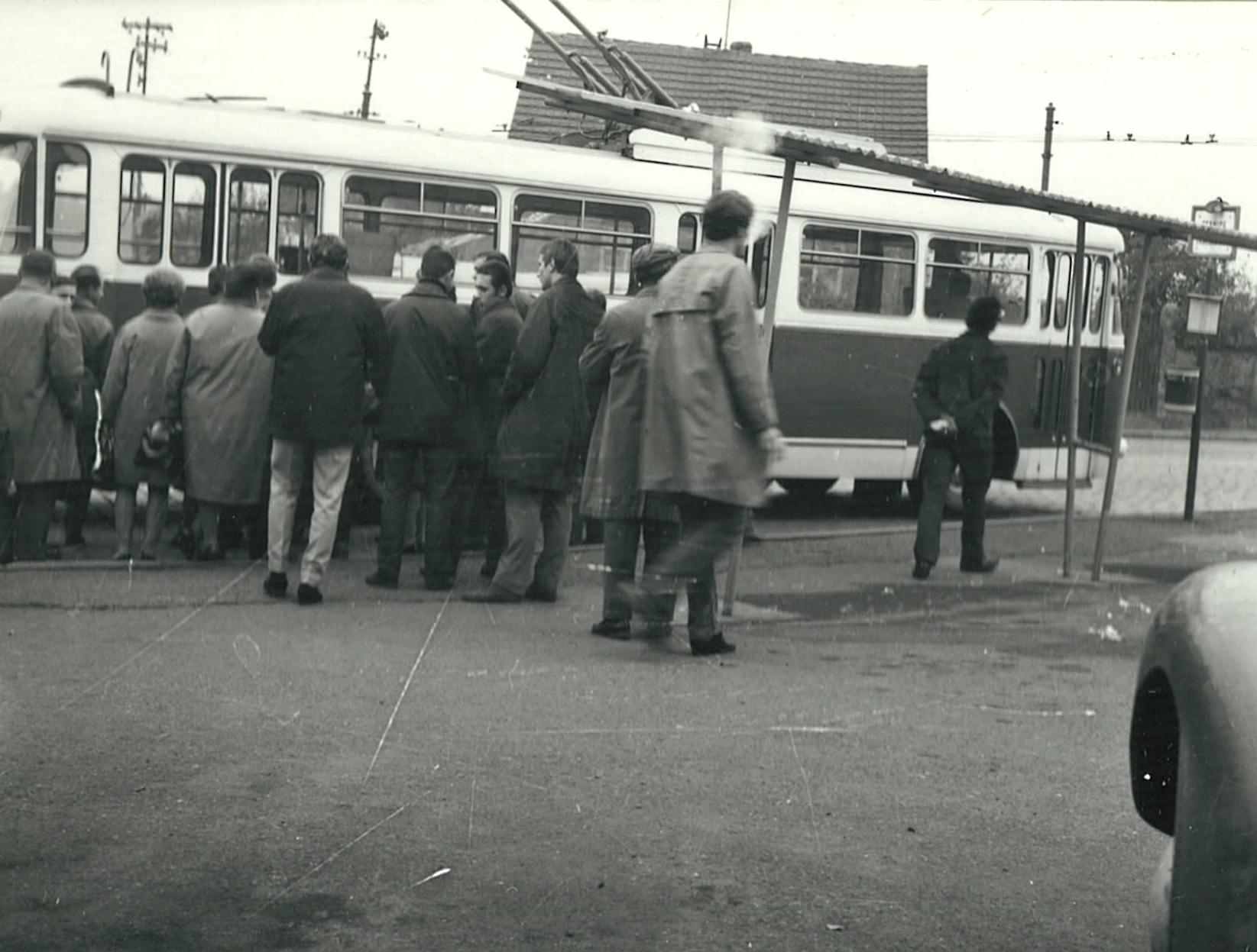 Cestující čekají na nástup do trolejbusu Škoda 9 Tr během testování v Praze na podzim 1968. (foto: Škoda Ostrov)