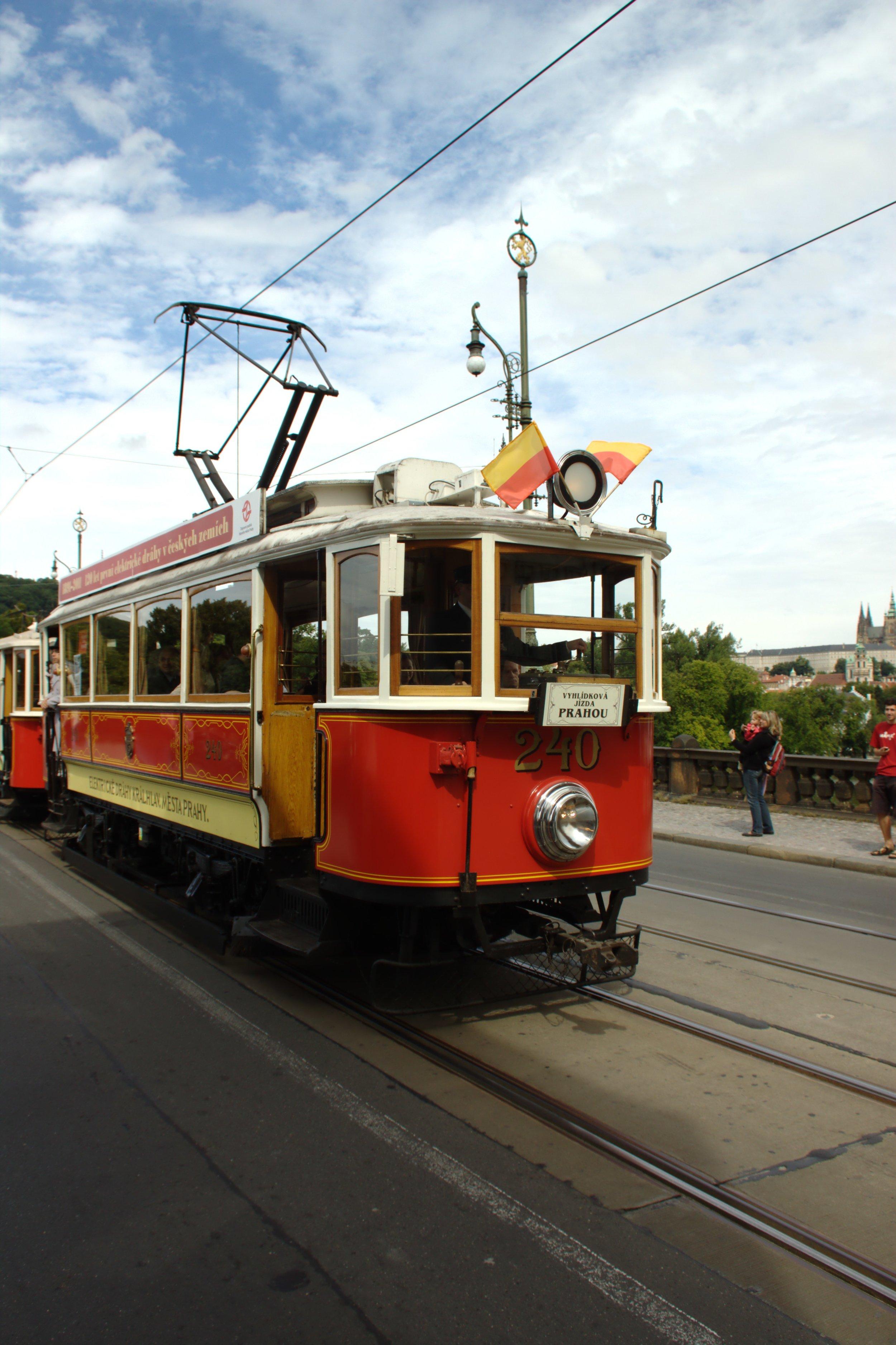 Vůz ev. č. 240 byl v roce 1908 dodán do Prahy, odkud zamířil v roce 1952 do Plzně (zde pod ev. č. 73). Na západě Čech byla tramvaj v provozu s cestujícími do roku 1959, poté byla ještě služební. V roce 1974 zamířila zpět do Prahy, kde dnes po opravě slouží ke komerčním jízdám. (zdroj: Wikipedia.org)