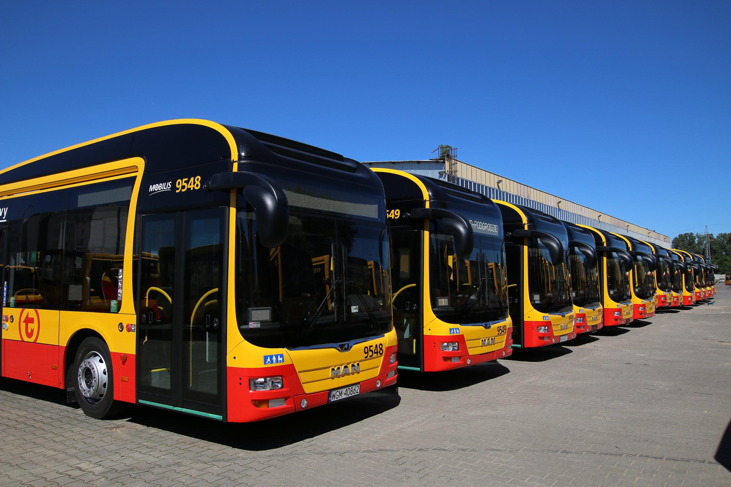 Nedávno bylo do provozu zařazeno ve Varšavě 61 hybridních autobusů MAN u dopravce Mobilis (na snímku vidíme část této flotily). Nyní si 110 plynových vozů objednal dopravce MZA. O hybridních vozech v polské metropoli si budete moci přečíst v obsahlejším příspěvku v čísle 3/2018 tištěného časopisu. (foto: MAN Truck & Bus)